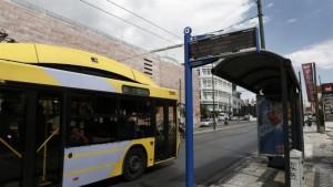Οθόνη ηλεκτρονικής πληροφόρησης επιβατών σε στάση λεωφορείου, στην Αθήνα, Δευτέρα 26 Σεπτεμβρίου 2016. Στους χώρους της ΟΣΥ, στην Πέτρου Ράλλη, χτυπάει η καρδιά της τηλεματικής, του έργου χάρη στο οποίο από την περασμένη Άνοιξη οι επιβάτες στην Αττική μπορούν να ενημερώνονται για την ακριβή ώρα άφιξης λεωφορείων και τρόλεϊ, έχοντας επιτέλους απάντηση σ' ένα ερώτημα που μέχρι πριν λίγο καιρό «ταλαιπωρούσε» τις στάσεις στο λεκανοπέδιο: «Πότε θα έρθει το λεωφορείο»; Τετάρτη 28 Σεπτεμβρίου 2016. ΑΠΕ-ΜΠΕ/ΑΠΕ-ΜΠΕ/ΓΙΑΝΝΗΣ ΚΟΛΕΣΙΔΗΣ